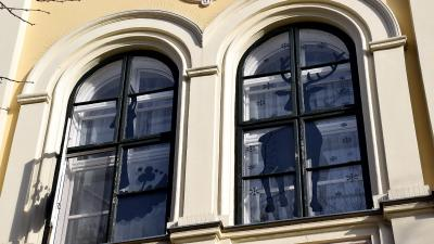 Adventi ábrák a békéscsabai városháza ablakain – Fotó: behir.hu/Such Tamás