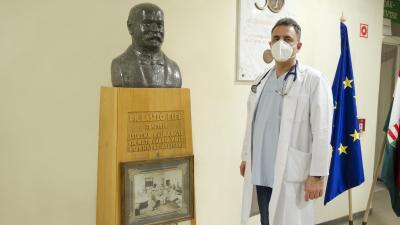 dr. Duray Gergő főigazgató látható a kórház névadójának mellszobrával az orosházi kórház aulájában. Fotó: Dr. Elek László Kórház