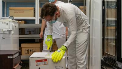 Megérkezett a Békés Megyei Központi Kórházba az első koronavírus elleni védpoltás-szállítmány. Fotó: behir.hu/Sipos Gábor