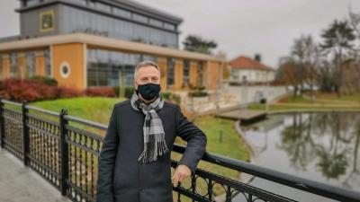 Opauszki Zoltán turisztikáért és környezetvédelemért felelős tanácsnok a Csabagyöngye Kulturális Központ mellett (fotó: Kliment Pál)
