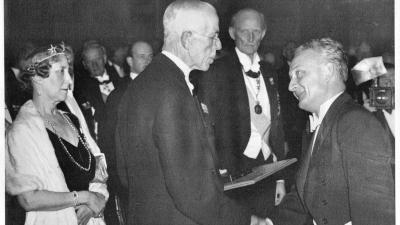 Szent-Györgyi Albert 1937. december 10-én vette át a Nobel-díjat Stockholmban