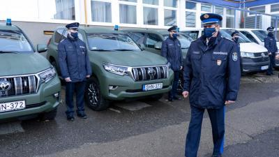 Dr. Polyák Zsolt rendőrfőkapitány adta át az indítókulcsokat (Kép: Bucsai Ákos/BMC)