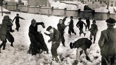 Hócsatázó gyerekek Pécsett, 1932-ben. Forrás: Fortepan/Adományozó: Jezsuita Levéltár