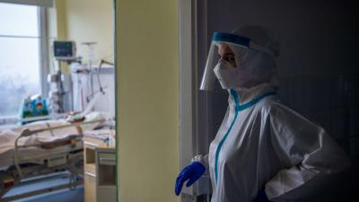 Védőfelszerelést viselő orvos az Országos Korányi Pulmonológiai Intézet koronavírussal fertőzött betegek fogadására kialakított intenzív osztályán 2020. december 11-én. MTI/Balogh Zoltán