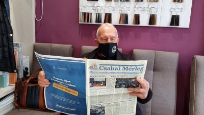 Akár a fodrásznál is olvasható a Csabai Mérleg legfrissebb száma (fotó: Tóth Bianka/behir.hu)
