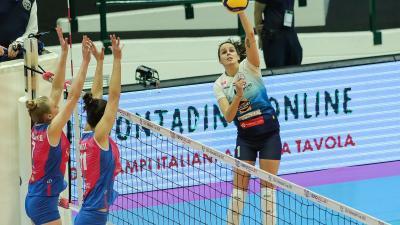 Marta Drpa (ütés közben) tizenegy pontot szerzett a Monza ellen (Fotó: BRSE)