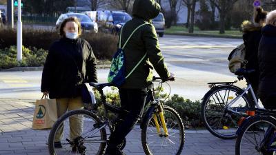 Gyalogos és kerékpáros a sétálóutcán – Fotó: behir.hu/Such Tamás