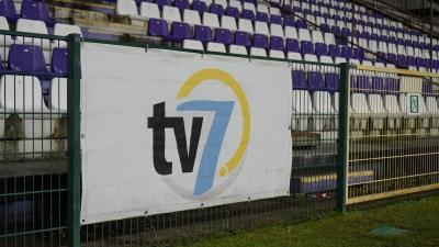 A 7.Tv logója a Kórház utcai stadionban – (Fotó: Hidvégi Dávid/behir.hu)