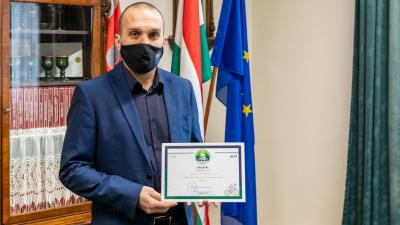Kálmán Tibor polgármester az oklevéllel (Kép: Gazsó János)