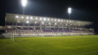 Villanyfényben a Kórház utcai stadion új lelátója – (Fotó: Hidvégi Dávid/behir.hu)