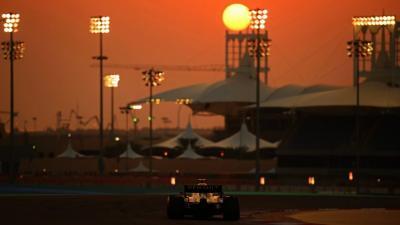 Egy Renault az Abu-Dzabi Nagydíj naplementéjében – (formula1.com)