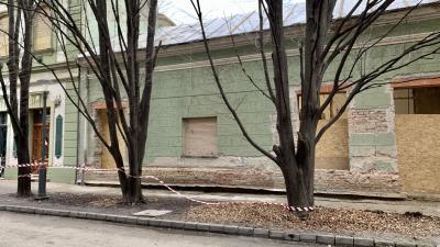 A Kinizsi utcai épület, előtte az a három fa, melyek a beruházás miatt veszélyben vannak. Fotó: Vincze Attila / behir.hu