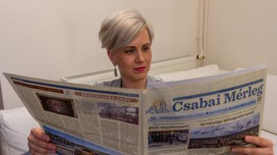 Csiffáry Zsuzsanna műsorvezető is átlapozta már a legfrissebb számot (fotó: behir.hu/Ujházi György)