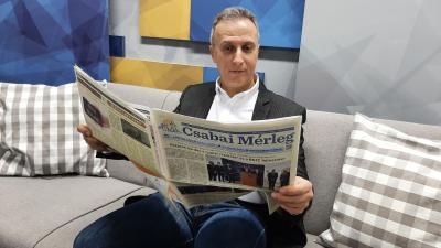 Opauszki Zoltán tanácsnok már átlapozta a Csabai Mérleg legfrissebb számát (fotó: behir.hu)