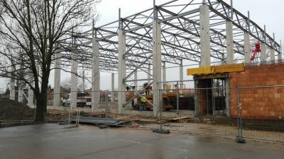 Már áll a sarkadi sportcsarnok tartó és tetőszerkezete - (Fotó: Hidvégi Dávid/behir.hu)