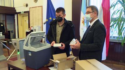 Békés megyébe újabb oltóanyag szállítmány érkezett. Fotó: 7.TV/Kovács Dénes