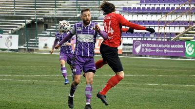 Paudits Patrik (lilában) küzd meg a labdáért a Pécs ellen – (Fotó: Such Tamás)