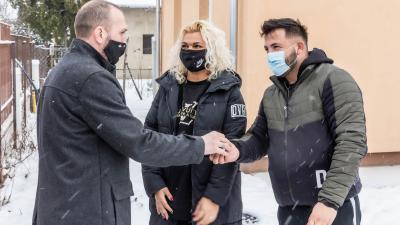 Kálmán Tibor (b) átadja az egyik új lakás kulcsait. (Kép: Gazsó János)
