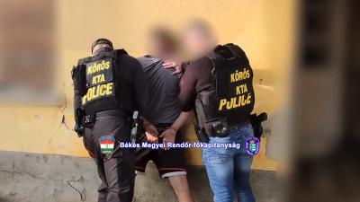 Falba vájt búvóhelyen rejtőzött egy dobozi férfi a rendőrök elől. Forrás: police.hu