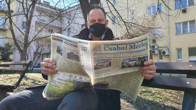 Horváth Szabolcs két tudósítás között lapozta át a Csabai Mérleget (fotó: behir.hu/Kovács Dénes)