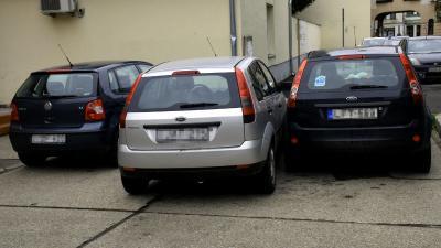 Szabálytalanul parkoló autók Békéscsabán – Fotó: behir.hu/Such Tamás