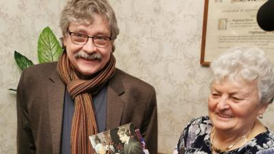 Seregi Zoltán, a színház igazgatója a nőnap alkalmából köszöntötte dr. Molnár Istvánnét, aki három évtizede a színház hűséges bérletes nézője (fotó. Békéscsabai Jókai Színház)