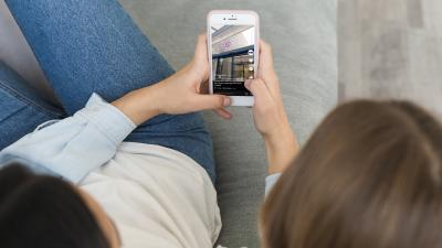 Fiatalok mobiltelefonnal – Fotó: freepik.com