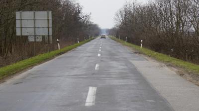A Sarkad és Doboz közötti út hosszú egyenesére évek óta panaszkodtak az arra közlekedők – (Fotó: Hidvégi Dávid/behir.hu)
