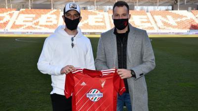 Ugrai Roland a DVSC új csatára (b) és a klub sportigazgatója, Tőzsér Dániel – (Fotó: dvsc.hu)