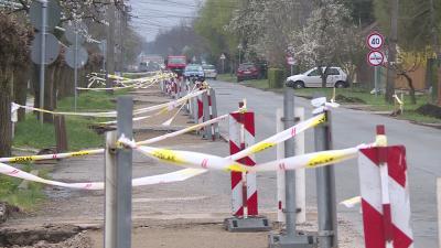 Kiszélesítik az utat, és kerékpársávot alakítanak ki a Szénási úton, Kondoroson; fotó: behir.hu (Ujházi György)