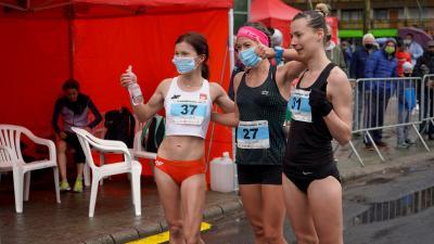 Balról: a 20 km-es nemzetközi gyalogló verseny győztese, Katarzyna Zdziebło, a második Alana Barber és a harmadik Kovács Barbara – (Fotó: behir.hu)