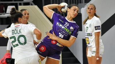 Jelena Agbaba (labdával) öt gólig jutott az FTC ellen (Fotó: Such Tamás)