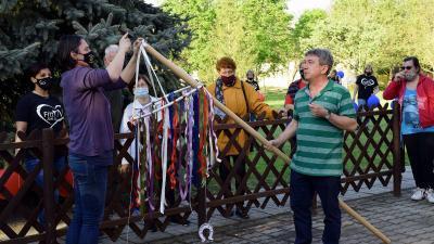 Májusfát állítanak a Lencsési Közösségi Háznál – Fotó: behir.hu/Such Tamás