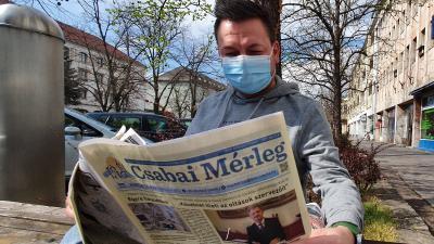 Kovács Dénes operatőr két forgatás között lapozta át az újságot (fotó: behir.hu/Ujházi György)