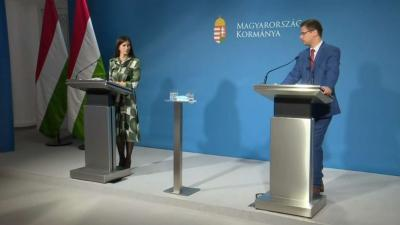 Szentkirályi Alexandra kormányszóvivő és Gulyás Gergely Miniszterelnökséget vezető miniszter a 2021.04.29.-i kormányinfón. Forrás: kormany.hu