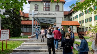 Oltásra várnak a csabai kórház előtt. Fotó: behir.hu/Ujházi György