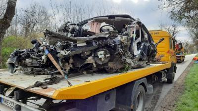 A gépkocsi a felismerhetetlenségig összeroncsolódott. (A kép forrása: baleset-info.hu)