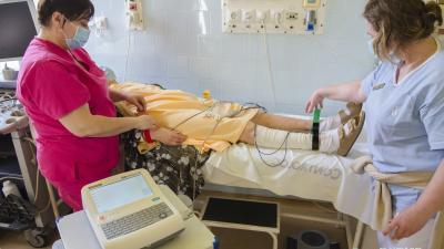Sztvorecz Zoltánné Szilviaés Szabó Jánosné Irénke ápoló készít elő vizsgálatra egy beteget az új készülékkel (fotó: Melega Krisztián/Dr. László Elek Kórház és Rendelőintézet)