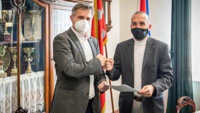 Hári Tibor ügyvezető igazgató (b) és Kálmán Tibor polgármester. (A kép forrása: Facebook/Kálmán Tibor)