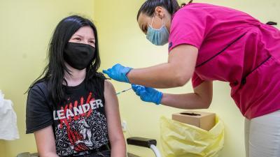 Fiatal lányt oltanak Békéscsabán, a Réthy Pál kórházban (Fotó: MTI/Rosta Tibor)