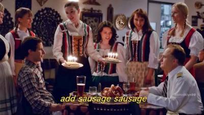 Csabai kolbász és magyar dalok a Brooklyn 99-ban. (Kép: Youtube/NBCUniversal International Networks)