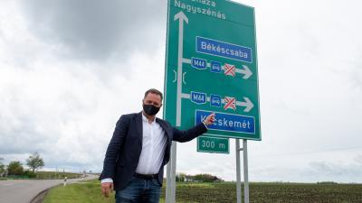 Dankó Béla az egyik útjelző tábla mellett