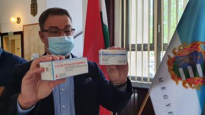 dr. Sárosi Tamás megyei tiszti főorvos a frissen érkezett vakcinákkal. (Fotó: Kovács Dénes/BMC)