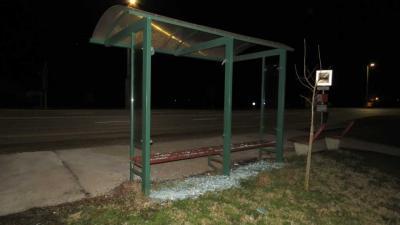 Az egyik megrongált buszmegálló. (Fotó: police.hu)