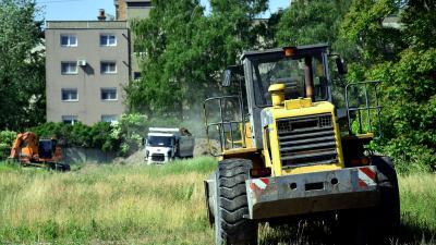 Már zajlik a beruházás az egykori kötöttáru gyár helyén. Fotó: behir.hu/Such Tamás