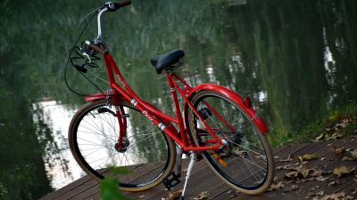 Egy bicikli az Élővíz-csatornánál – Fotó: behir.hu/Such Tamás