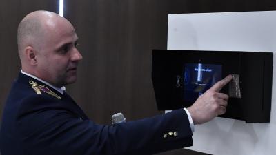 Csontos Gergely István alezredes bemutatja az elítéltek elektronikus ügyintézését segítő informatikai rendszert (Fotó: MTI/Máthé Zoltán)