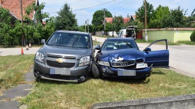 Békéscsabán, a Zsigmond utca és a Batsányi utca kereszteződésében összeütközött két autó – Fotó: police.hu