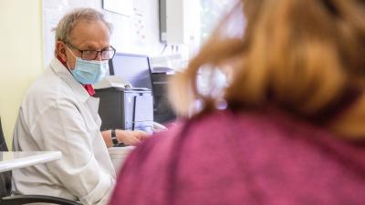 Kincses Zoltán orvos az oltásról tájékoztat egy nőt, mielőtt beoltják az orosz Szputnyik V koronavírus elleni vakcina második adagjával a Békés Megyei Központi Kórház, Dr. Réthy Pál Tagkórház egyik oltópontján Békéscsabán 2021. június 7-én. MTI/Rosta Tibo