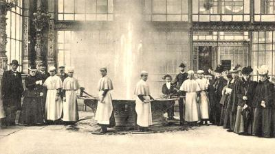 """A """"Sprudel"""" nevű gyógyforrás Karlsbadban, 1907-ben, és ahogy a korban egy gyógykezelés zajlott mellette ( Zempléni Múzeum, digitalizálva: Gallery Hungaricana)"""